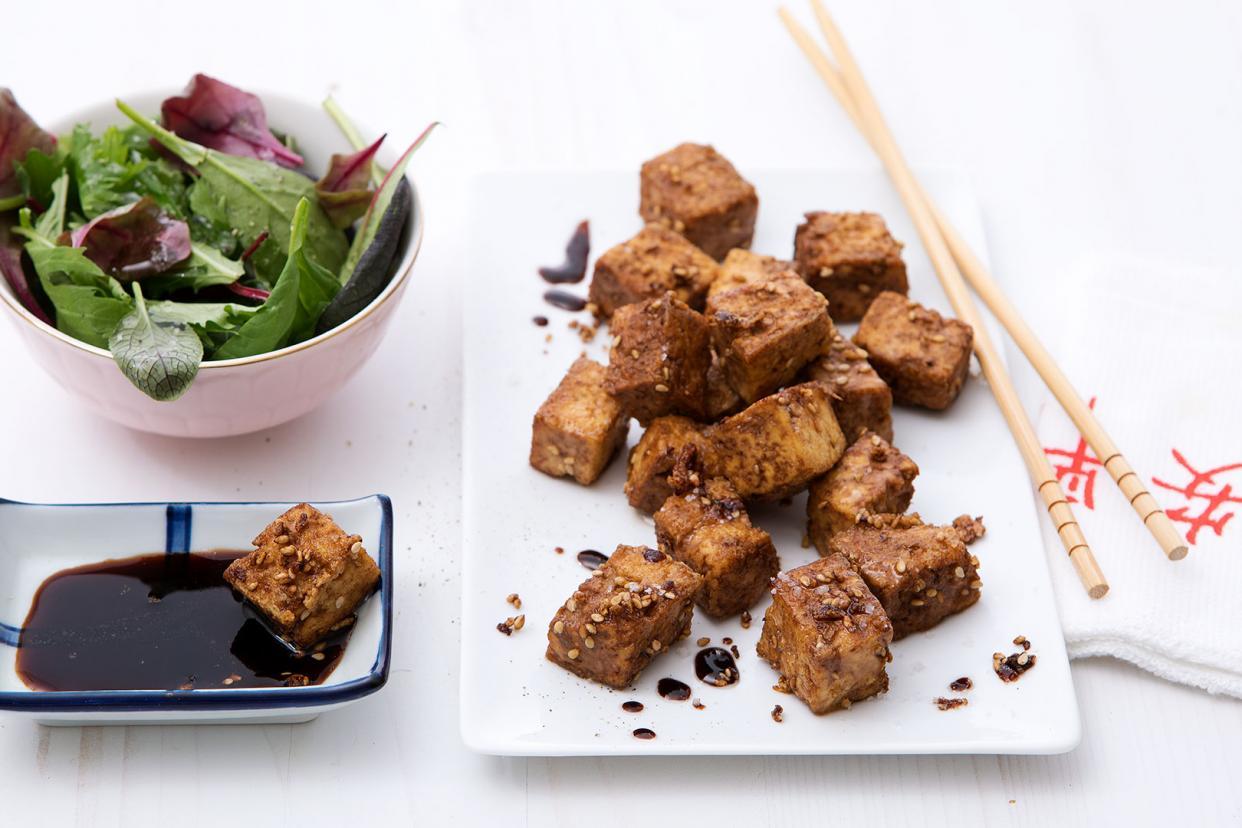 In Asien isst man Naturtofu traditionell mit Sojasoße.