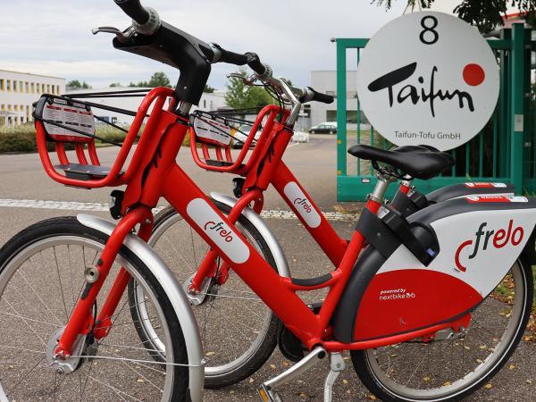 Zwei Frelo Fahrräder vor dem Taifun Firmengelände
